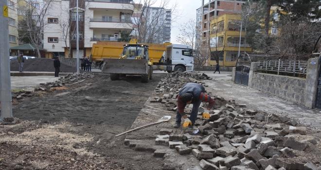 Ofis Mahallesinde kilit taşı döşemesi sürüyor