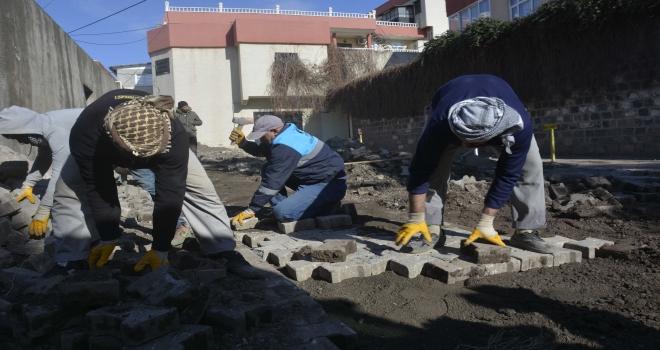 Hamidiye  mahallesinde kilit taşı döşeme çalışmaları sürüyor
