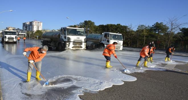 Siverek Belediyesi cadde ve sokakları dezenfekte etmeye devam  ediyor