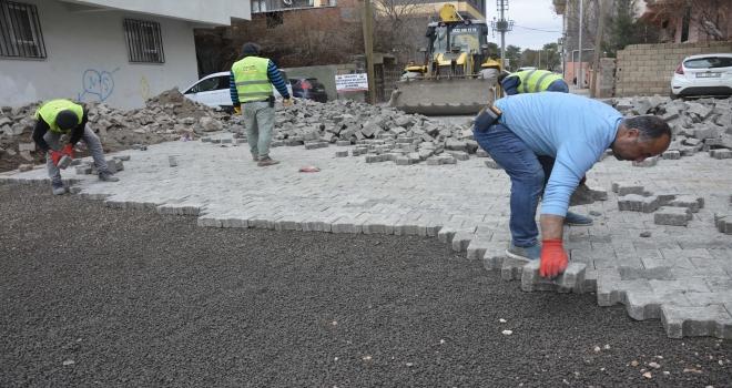 Siverek'te Ofis mahallesinde kilit taşı döşeme çalışmaları devam ediyor