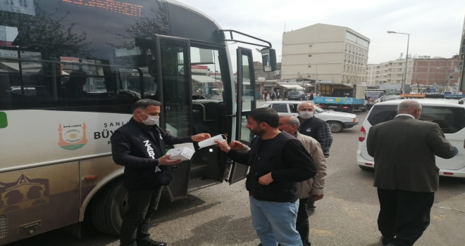 Siverek'te Zabıta ekipleri ücretsiz maske dağıttı