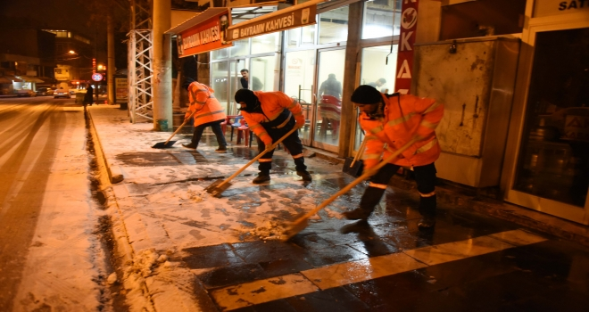 Kaldırımlarda Kar temizliği başladı