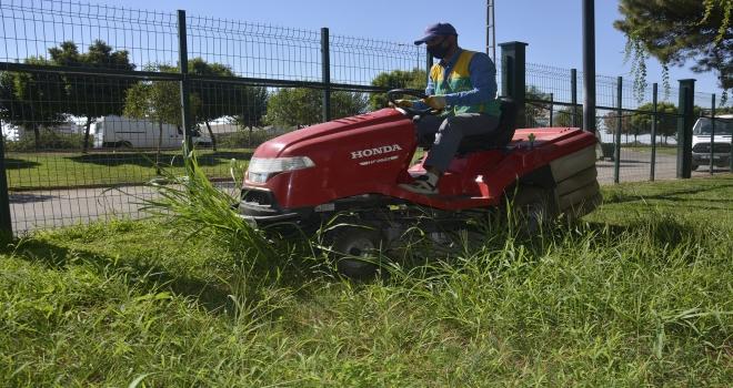 Park ve yeşil alanlarda onarım ve cim biçme çalışmaları sürüyor