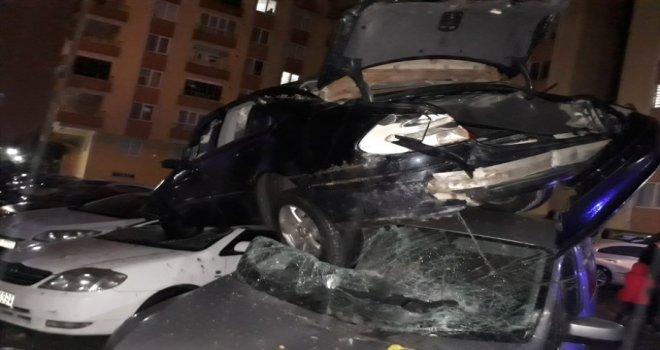 Araç Park Halindeki Otomobillerin Üzerine Düştü
