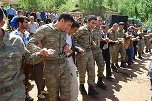 Asker Hakkari'de düğüne katıldı