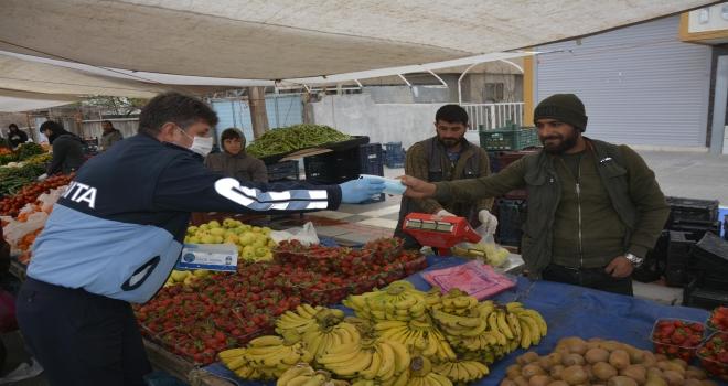 Siverek'te Zabıta ekipleri esnaflara maske ve eldiven dağıttı