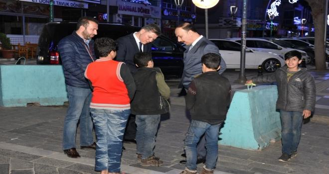 Gece Yarısı Sokakta Gezen Çocuklar, Vali ve Emniyet Müdürüne Yakalandı