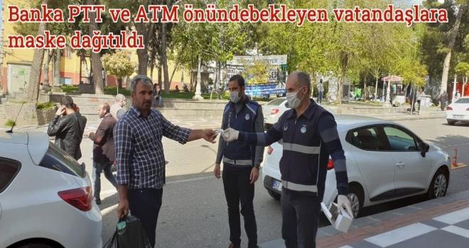 Banka PTT ve ATM önünde bekleyen vatandaşlara maske dağıtıldı