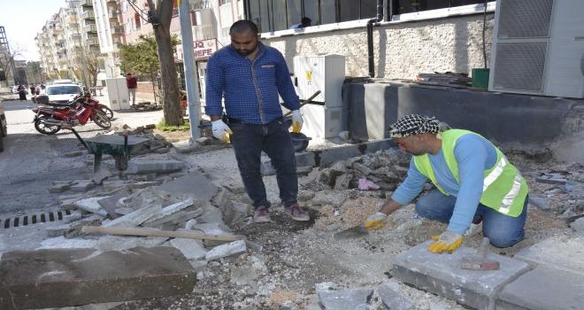 Ofis Mahallesindeki kaldırımlar onarılıyor