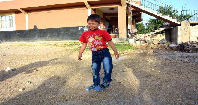 Yürüyemeyen felçli çocuk yardım bekliyor